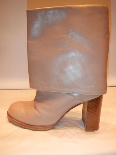 Bottines Chanel à revers en cuir beige  T.38