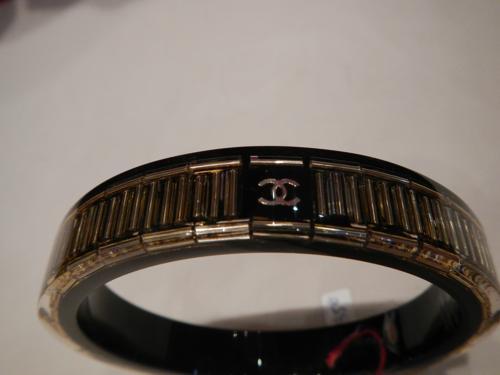 Bracelet Chanel résine noir et perles dorées